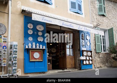 Faience atelier: earthenware tiles store, pottery store. Moustiers Sainte Marie, Haute Provence, France - Stock Photo