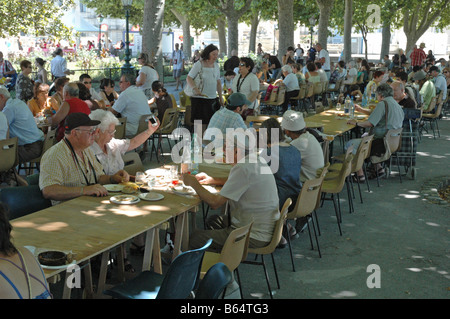 Le festin Rabelais A  GURMET PICNIC FOR 500 THOUSAND GUESTS IN THE Jardins Royaux du Peyrou IN MONTPELLIER FRANCE - Stock Photo