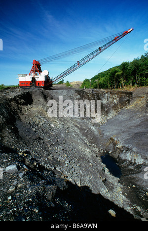 DRAGLINE WORKING AT OPEN PIT MINE FOR ANTHRACITE (HARD) COAL, SCHUYLKILL COUNTY, PENNSYLVANIA, USA - Stock Photo