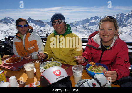 Skiers taking a meal break at Plan Maison, Breuil-Cervinia, Italy, Europe - Stock Photo