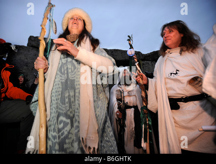 DRUIDS CELEBRATE AS THE SUN RISES ON THE WINTER SOLSTICE AT STONEHENGE WILTSHIRE UK - Stock Photo