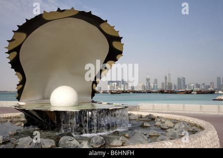 Qatar Hauptstadt Doha Corniche Doha Bay Neubau Hochhausviertel am Nordufer der Corniche Perlen Monument - Stock Photo