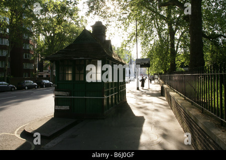 Street scene with traditional Cabmen's Shelter by taxi rank, South Kensington, London, UK - Stock Photo