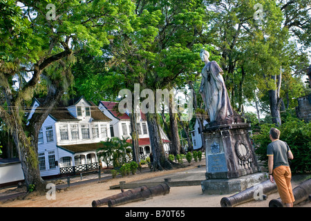 Suriname, Paramaribo, Historic houses near old fort called Zeelandia. Statue of former Dutch queen Wilhelmina. - Stock Photo