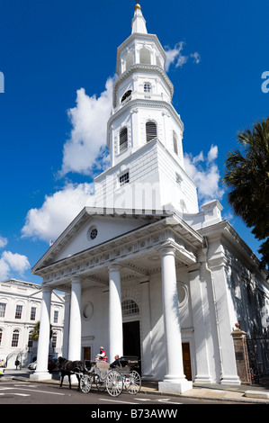 Horsedrawn carriage in front of St Michael's Episcopal Church at Meeting and Broad Streets, Charleston, South Carolina - Stock Photo