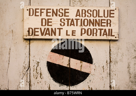 'No parking' sign in French - Stock Photo