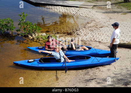 J N Ding Darling national wildlife refuge Sanibel Island Florida USA Visitors prepare to take their canoes on a - Stock Photo
