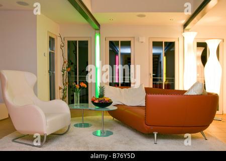 modern evening interior of living room with sofa, floor lamp ... - Interior Design Wohnzimmer Modern
