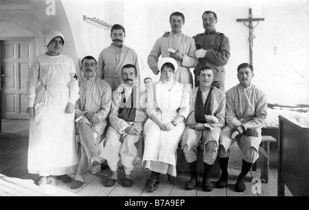Historic photo, First World War, wounded with nurses, ca. 1916 - Stock Photo