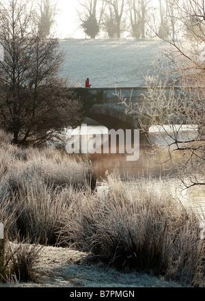 The bridge over Shobrooke lake near Crediton Devon,on a cold Winters morning. - Stock Photo