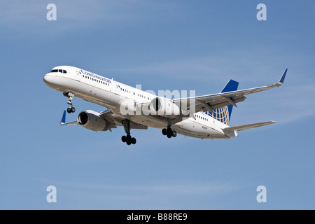 Boeing B757 of Continental Airlines on finals - Stock Photo