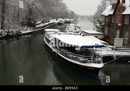 Tourist passenger boat on the [River Thames] covered in white snow, view from 'Folly Bridge', Oxford, England, UK, - Stock Photo