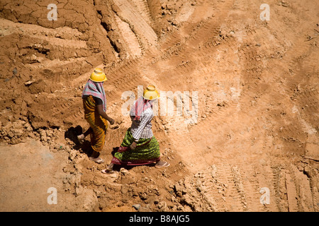 Women work on a construction site in Bangalore, India. - Stock Photo