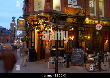 traditional London pub nr Covent Garden with the Globe Theatre beyond, the West End, London, UK - Stock Photo