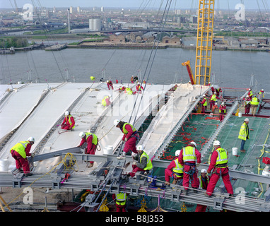 Attaching the PFTE-coated fabric roof to the cable net structure during building of the Millennium Dome/O2 Arena - Stock Photo