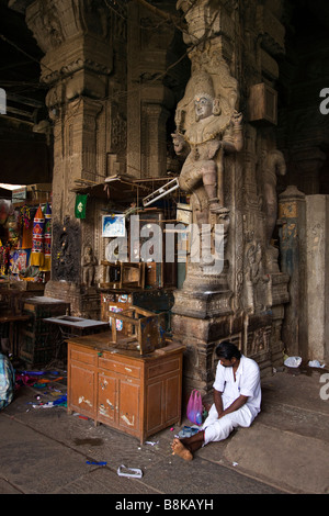 India Tamil Nadu Madurai ancient sculpture decorating pillar of Pudhu Mandapam new market hall - Stock Photo