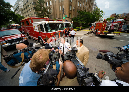 TV news teams filming a spokesperson for the DC Fire Department. Fire in Foggy Bottom, 20 & F NW Washington DC. - Stock Photo