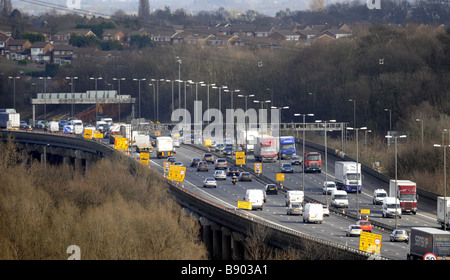 A ELEVATED SECTION OF THE M6 MOTORWAY NEAR BIRMINGHAM UK WITH RESIDENTIAL HOMES CLOSE BY. - Stock Photo