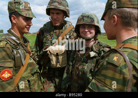 Russian and American servicemen participants in Torgau 2005 dry forces exercise - Stock Photo