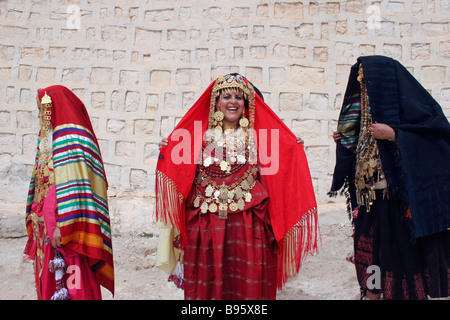 TUNISIA North Africa Sahara Tozeur Tunisian women wearing traditional dress, golden jewelry and ornaments for desert - Stock Photo