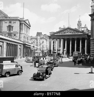 Threadneedle Street EC2, City of London, 1950s, with Bank of England, 'The Old Lady of Threadneedle Street' on the - Stock Photo
