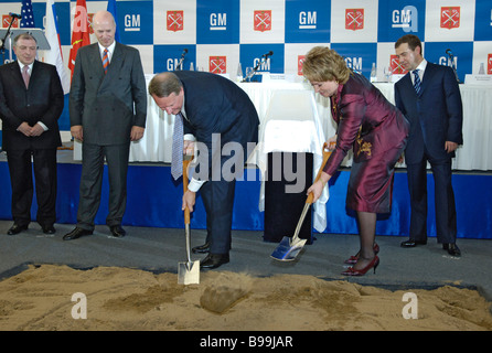 General Motors Chairman and CEO Rick Wagoner and St Petersburg Governor Valentina Matviyenko laying the foundation - Stock Photo