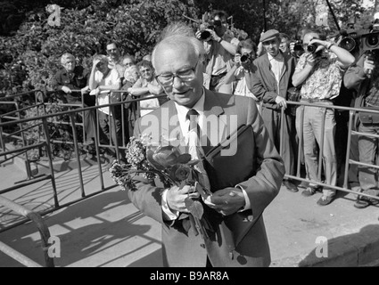 Former Chairman of the Soviet KGB Vladimir Kryuchkov exits the courtroom after the GKChP trial - Stock Photo