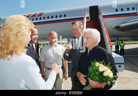 Russian President Vladimir Putin welcomes former US President George Bush Sr and Mrs Barbara Bush who have arrived - Stock Photo