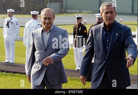 US President George W Bush welcomes Russian President Vladimir Putin at Camp David airport - Stock Photo