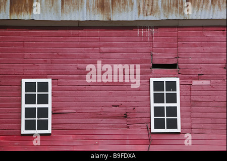 Close Up Of Red Barn With Windows Vt Stockfoto