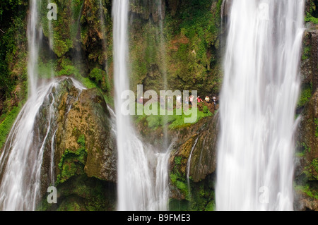 China, Guizhou Province, Huangguoshu Waterfall. Tourists are dwarfed by the largest falls in China, 81m wide and - Stock Photo