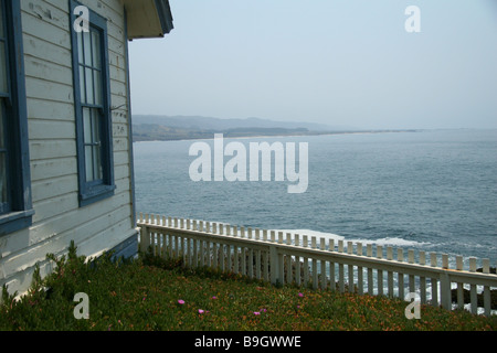 White picket fence and Pacific Ocean at Pigeon Point Lighthouse, near Pescadero, California, USA. - Stock Photo