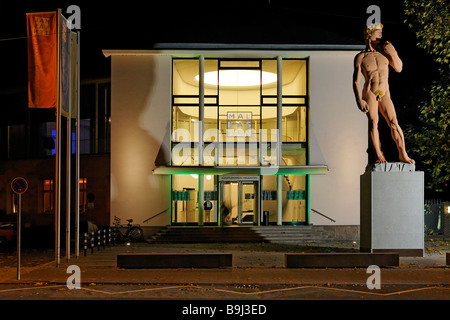 House of the tradition-rich artist association 'Malkasten', monumental David sculpture by Hans-Peter Feldmann, Duesseldorf, - Stock Photo