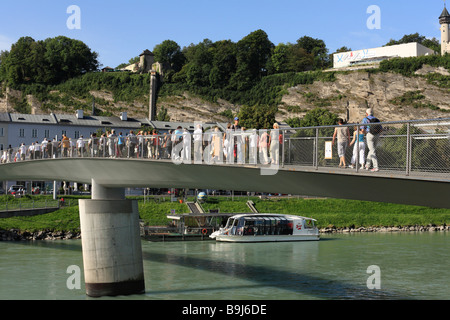 Makartsteg bridge over the Salzach river in front of Buergerwehr on Moenchsberg mountain and the Museum of Modern - Stock Photo