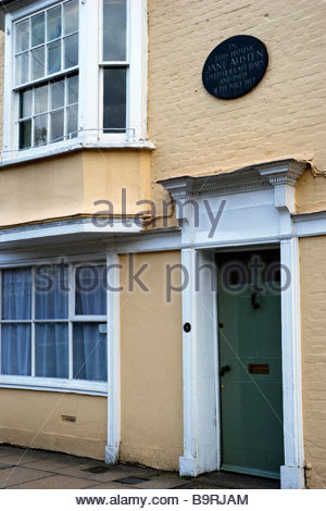 View of the front of and plaque on  8 College Street, the house in which Jane Austen died. Winchester, Hampshire, - Stock Photo
