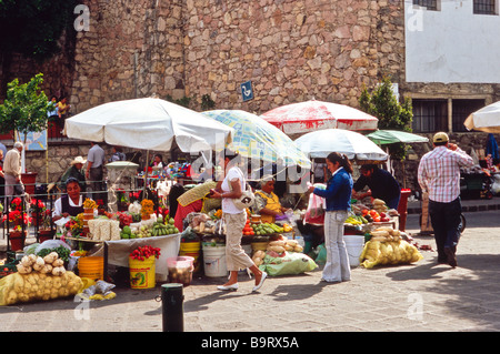 Mexican men and women, at the market, selling vegetables, nuts and fruits on a street in the colonial city of Guanajuato - Stock Photo