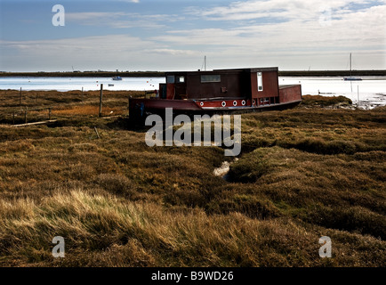 An old houseboat moored on the banks of the River Roach near Paglesham in Essex.  Photo by Gordon Scammell - Stock Photo