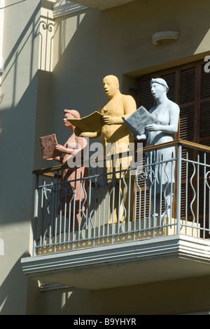 Sculptures by Israeli artist Ofra Zimbalista depicting choral singers on a balcony in an old building in Rothschild - Stock Photo