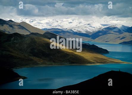 Tibet's Sacred Yamdrok Tso Lake (Yamzho Yumco in Tibetan) - Stock Photo