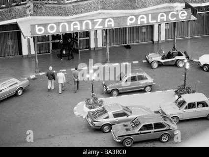 Eighties, black and white photo, tourism, Hotel Bonanza Palace, entry area, motorcars, birds-eye perspective, Spain, - Stock Photo