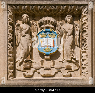 Oxford, England, UK. Bodleian Library, detail of Angels holding Shield above doorway in the Schools Quad - Stock Photo