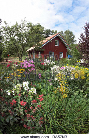 Summer cottage with colourful garden, country-style, Kuroeiu Nerija National Park on the Curonian Spit near Nida - Stock Photo