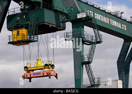 Gantry crane, Neihl 1 container terminal, Cologne, North Rhine-Westphalia, Germany. - Stock Photo