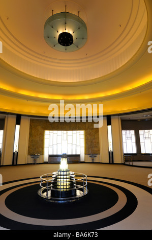 Light fixture and Lalique fountain in the Art Moderne Round Room restaurant designed by Jacuques Carlu - Stock Photo