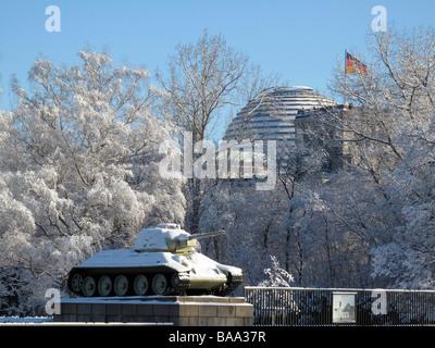Soviet war memorial in snow, Tiergarten Berlin - Stock Photo