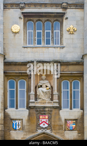 Cambridge, England, UK. Trinity College. Great Court. Statue of Elizabeth I on the Queen's Gate - Stock Photo