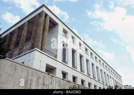 Palazzo delle Scienze in the EUR district in Rome. - Stock Photo