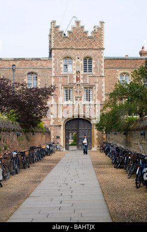 Cambridge, England, UK. Bicycles at entrance to Jesus College - Stock Photo