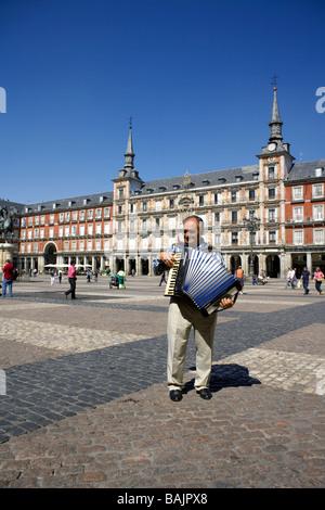 Rumanian Piano accordion player in front of La Casa de la Panadería (The Bakery) Plaza Mayor, Madrid, Spain, E - Stock Photo