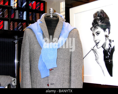 a focus on the main character holly golightly in the film breakfast at tiffanys Breakfast at tiffany's not  holly golightly is a flighty manhattan party girl, who expects money for the powder room as well as for cab fare for her .